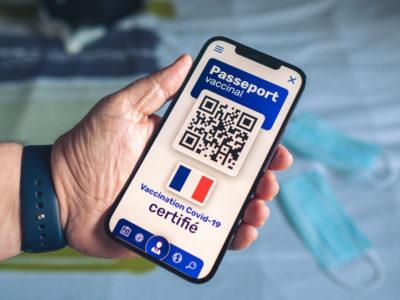 Passeport vaccinal - Pass sanitaire sur un téléphone portable permettant de se déplacer et de voyager - Vaccination contre le coronavirus Covid 19 en France